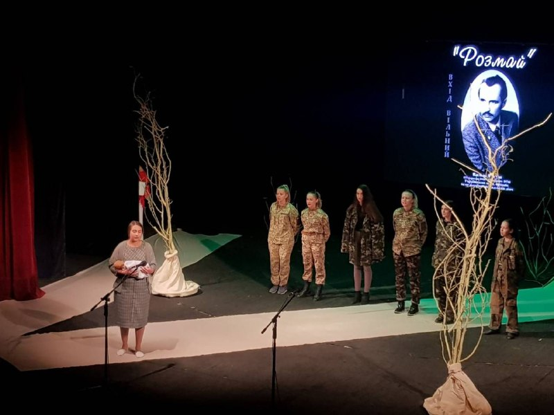 A performance addressing the problem of war and peace, from the stage.