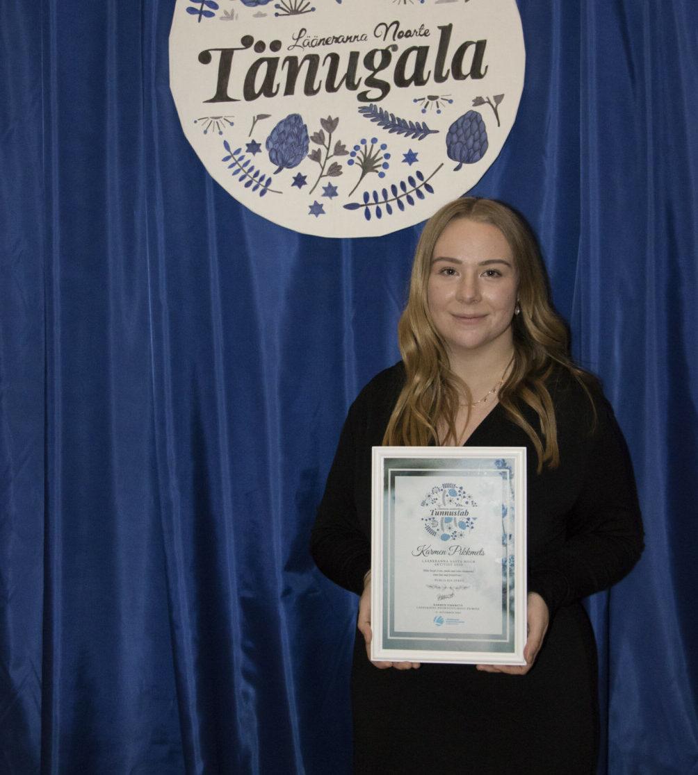Karmen receiving the Young Activist Award.